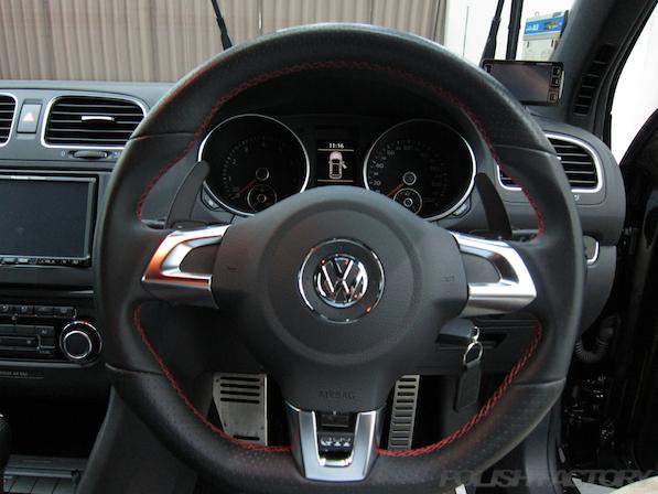 VW ゴルフ GTIにガラスコーティング施工、ハンドル画像