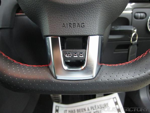 VW ゴルフ GTIにガラスコーティング施工、ハンドルGTIエンブレム画像