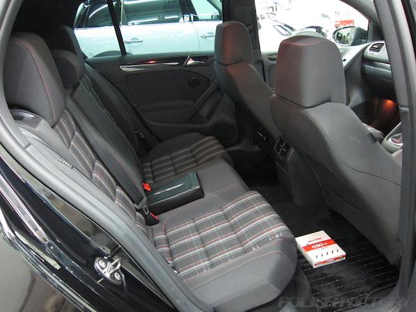 VW ゴルフ GTIにガラスコーティング施工、室内リアシート画像