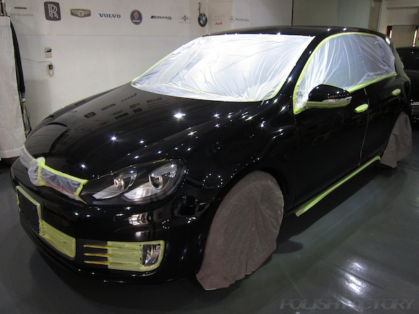VW ゴルフ GTIにガラスコーティング施工、マスキング下地処理中画像