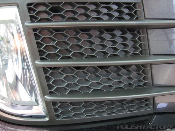 VW ゴルフ GTIにガラスコーティング施工、下地処理中ハニカム黒樹脂部画像