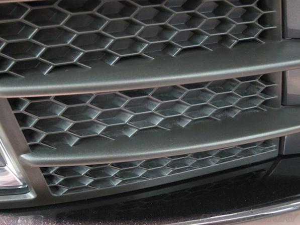 VW ゴルフ GTIにガラスコーティング施工、下地処理中黒樹脂部コーティング画像