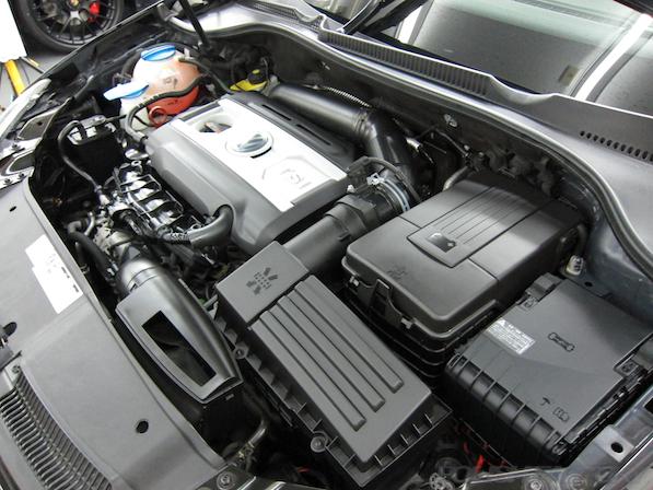 VW ゴルフ GTIにガラスコーティング施工、エンジンルーム画像