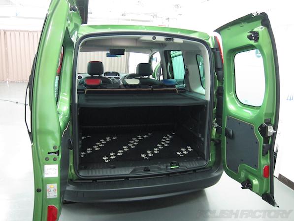 ルノー カングー ペイザージュの新車のガラスコーティング施工リアラゲッジ画像