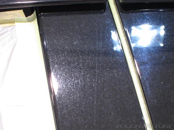 トヨタ ハリアー新車にガラスコーティング施工時のBピラーの線傷とシミ付着画像