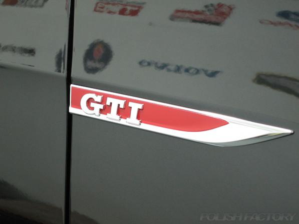 VW ゴルフ 7 GTIにガラスコーティング施工、GTIエンブレム画像
