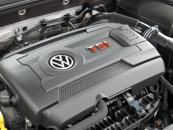 VW ゴルフ 7 GTIにガラスコーティング施工、エンジン画像
