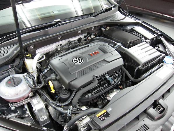 VW ゴルフ 7 GTIにガラスコーティング施工、エンジンルーム画像