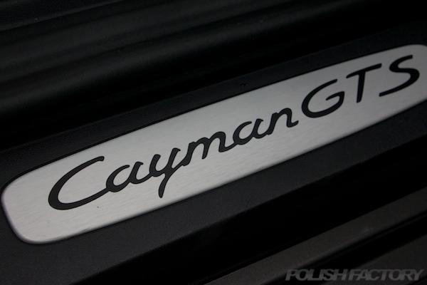 ポルシェケイマンGTSの新車にコーティング施工時のスカッフプレート画像