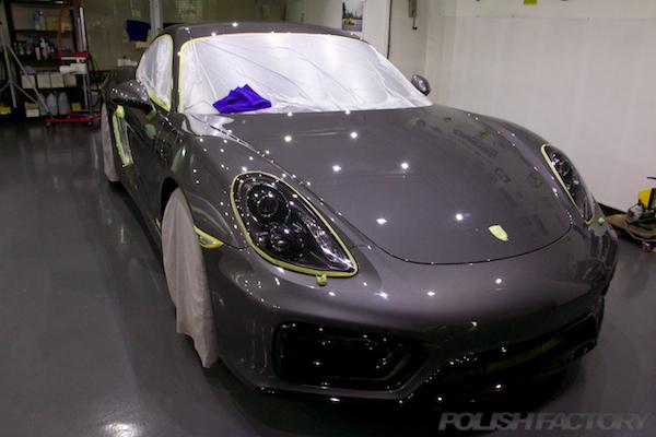 ポルシェケイマンGTSの新車にコーティング施工時のマスキング画像