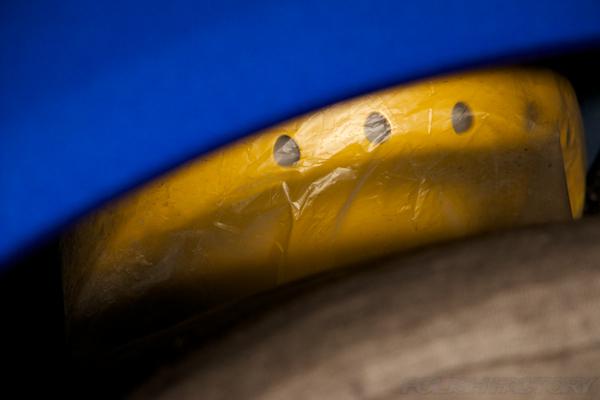 WRXに新車のショックにビニールカバーがついたまま納車された画像