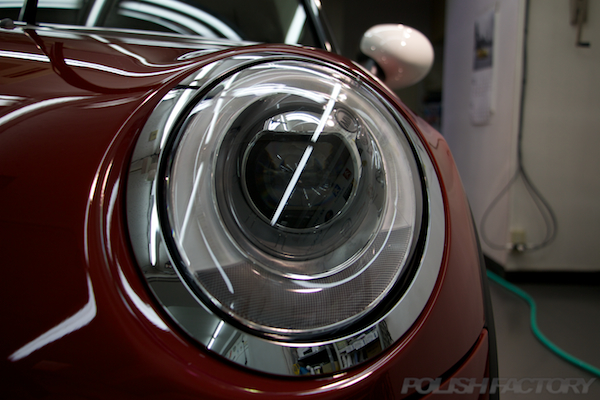 ミニ クーパーSの新車にガラスコーティング施工時のヘッドライト画像