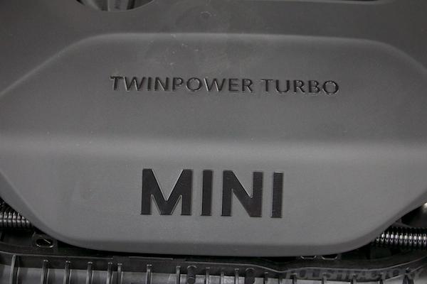 ミニ クーパーSの新車にガラスコーティング施工時のエンジンカバー画像