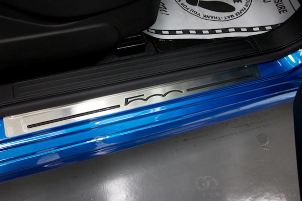 フィアット500Sツインエアー5MTにガラスコーティング施工スカッフプレート画像