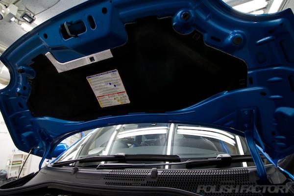 フィアット500Sツインエアー5MTにガラスコーティング施工ボンネットフードインシュレーター画像